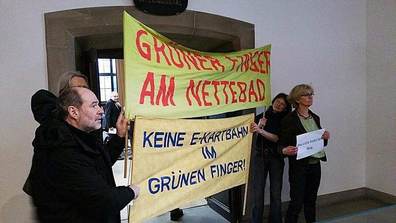 Demo gegen Kartbahn vorm Ratssitzungssaal © osradio