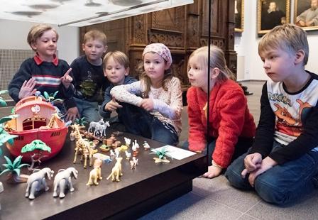 Kinder betrachten die Ausstellung © Angela von Brill