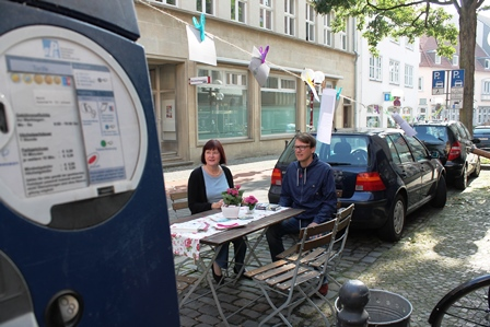 Da wo sonst Autos parken gemütlich sitzen beim Parking day © OS-Radio