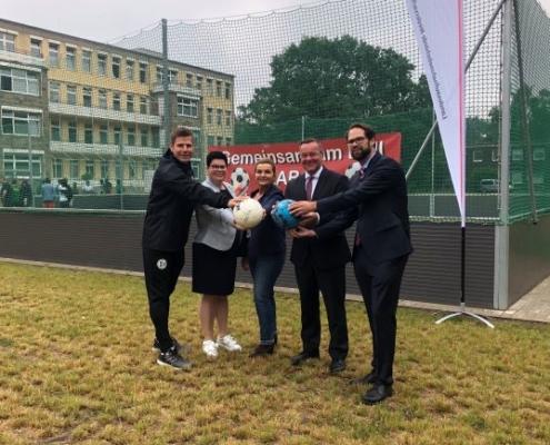 Niedersachsens Innenminister Boris Pistorius (2.v.r.) bei der Einweihung des Soccerplatzes - ©osradio