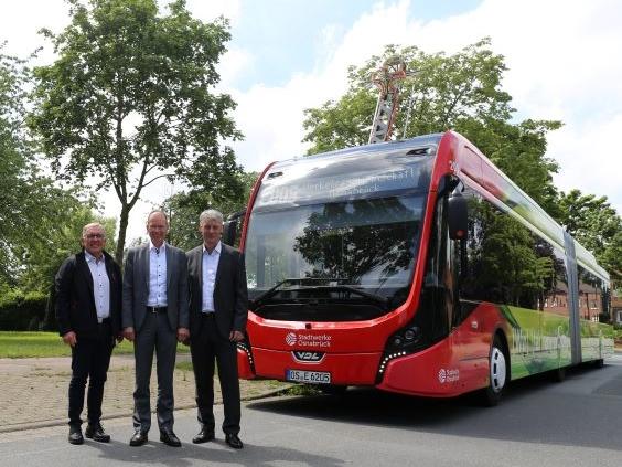 Peter Gausmann (Bürgermeister der Gemeinde Hagen a.T.W.), Dr. Michael Lübbersmann (Landrat des Landkreises Osnabrück) und André Kränzke (Leiter Verkehrsbetriebe) Foto Stadtwerke Osnabrück